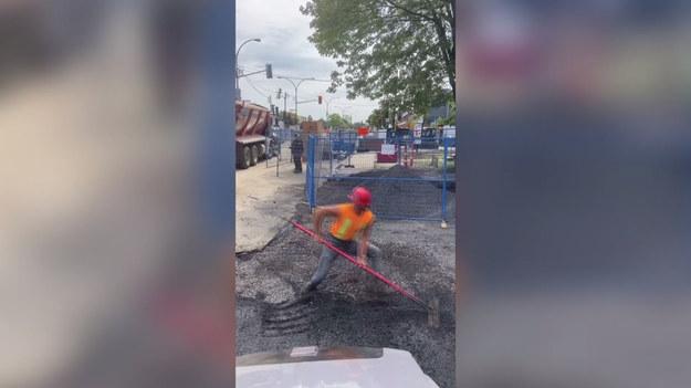 Kto powiedział, że praca z betonem musi być nudna? Nicolas Menard, 30-latek z Kanady podbił internet swoimi tanecznymi ruchami. Nicolas zamienia się w króla parkietu, gdy tylko łapie za grabie do wyrównywania nawierzchni.