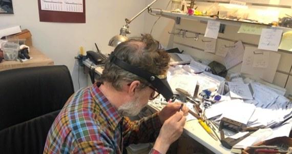 """""""Cały czas bardzo dużo osób używa piór wiecznych"""" - przyznaje Maciej Wardecki, właściciel działającego w Warszawie od 1958 roku (jednego z zaledwie kilku w Polsce) punktu naprawy. Jak przekonuje, liczba osób używających piór nie zmniejsza się."""