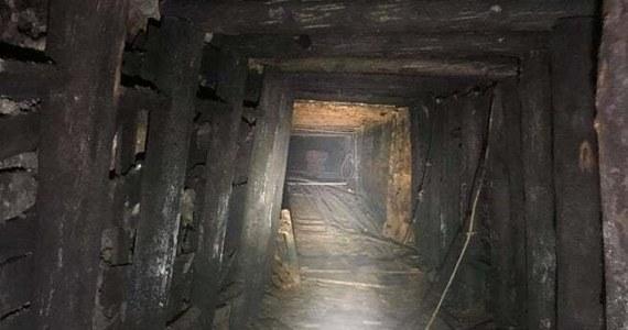 Członkowie Stowarzyszenia Miłośników Górnych Łużyc z Lubania weszli do części korytarza w podziemiach Kamiennej Góry. Na razie znaleźli tam wózki, tory, czy narzędzia. Podczas II wojny światowej przebywały tam hitlerowskie wojska.