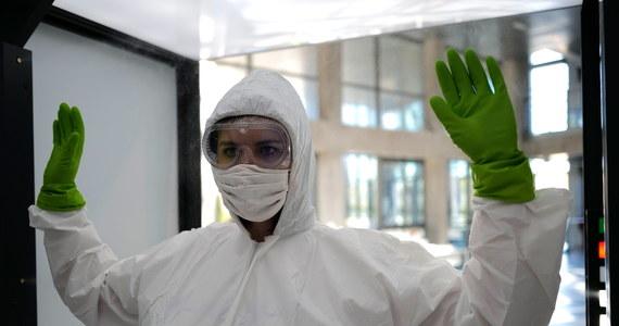 Ciężarna kobieta, przecząca istnieniu pandemii koronawirusa i przeciwna szczepionkom, udała się do szpitala na poród w towarzystwie swojego partnera i… adwokata, który miał pomóc jej bronić prawa do niezakładania maseczki. O historii z La Fe w Hiszpanii poinformowało radio Onda Zero, powołujące się na źródła w regionalnym ministerstwie zdrowia.