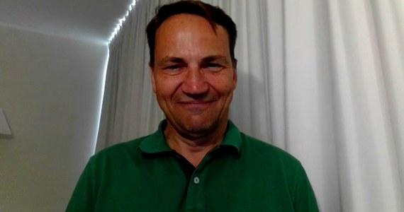 """Europoseł Radosław Sikorski poinformował w rozmowie z wp.pl, że przyjął trzecią dawkę szczepionki przeciw Covid-19. """"Zarejestrowałem się w systemie jak każdy pacjent"""" - powiedział."""