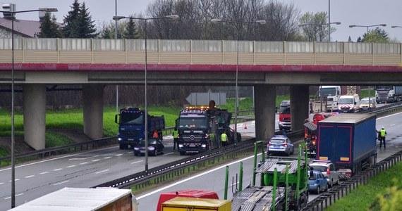 Autostrada A4 na węźle Kraków Tyniec została zwężona do jednego pasa w każdym kierunku. Przez weekend trwać będą tam prace przygotowawcze do wielkiego remontu, który rozpocznie się w poniedziałek i potrwa ponad miesiąc.