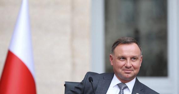 Wynagrodzenie prezydenta idzie w górę – i to o 40 procent. Sejm przyjął – z dwiema senackimi poprawkami – nowelizację ustawy o wynagrodzeniu osób zajmujących kierownicze stanowiska państwowe.