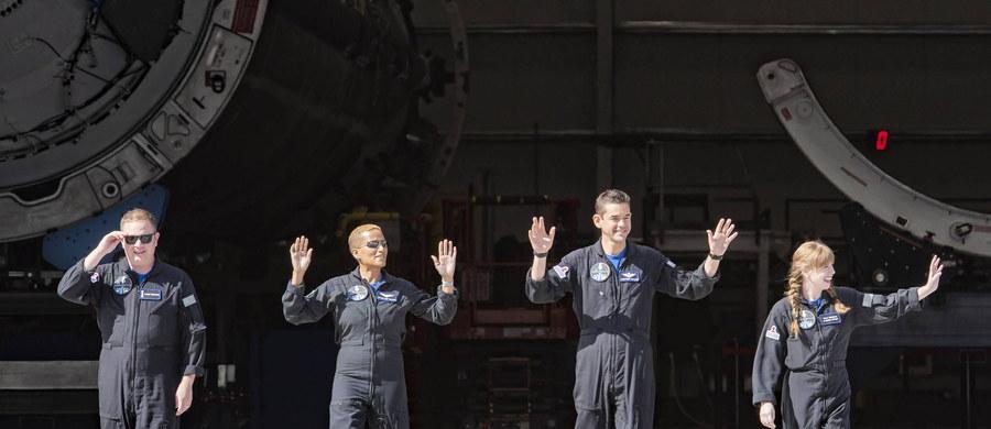 Przebywająca na orbicie okołoziemskiej czwórka astronautów-amatorów z misji kosmicznej Inspiration4 rozmawiała przez telefon ze słynnym amerykańskim aktorem Tomem Cruise'em. Poinformowali o tym na Twitterze. To nie jedyny telefon, który wykonali z orbity okołoziemskiej.