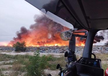 Pożar nielegalnego składowiska odpadów. Trwa akcja strażaków