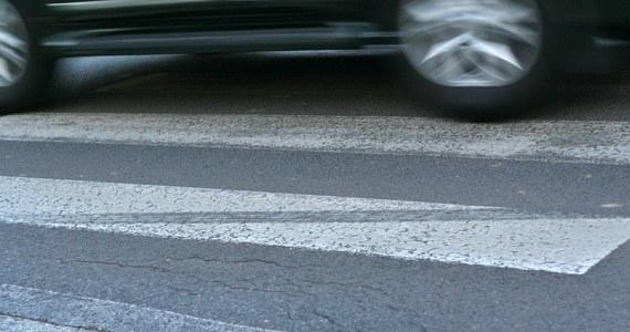 Policja szuka kierowcy, który rano na drodze krajowej nr 44 w Mikołowie (Śląskie) potrącił kobietę na przejściu dla pieszych i uciekł z miejsca wypadku. Mimo reanimacji poszkodowana zmarła.
