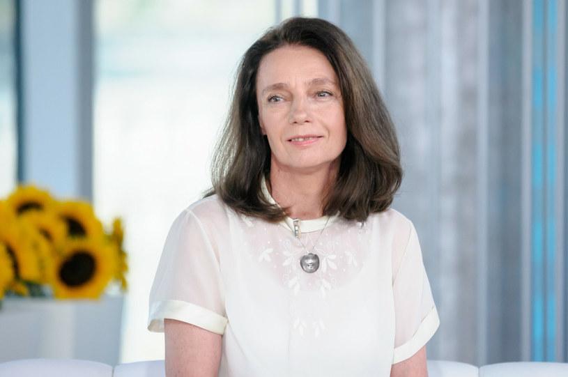 """O Barbarze Sienkiewicz zrobiło się głośno, gdy w wieku 60 lat urodziła bliźnięta i została okrzyknięta """"najstarszą mamą w Polsce"""". Aktorka, która wystąpiła w serialach """"Klan"""", """"Ranczo"""" czy """"M jak miłość"""" musiała mierzyć się nie tylko z trudami macierzyństwa, ale i z falą krytyki. Co dzieje się z nią i jej dziećmi obecnie?"""