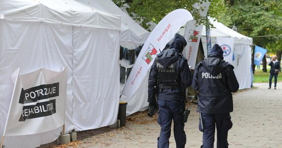 """Nie udało się uratować mężczyzny, który postrzelił się na terenie """"białego miasteczka"""" w Warszawie. Zmarł on po przewiezieniu do szpitala. Do tragicznych wydarzeń doszło przed południem w trakcie konferencji prasowej medyków protestujących przed kancelarią premiera. Policja znalazła przy mężczyźnie list pożegnalny i broń."""