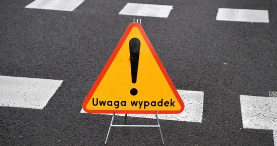 Do wypadku doszło na drodze krajowej nr 25 w miejscowości Oska Piła na Dolnym Śląsku. Ranne zostały cztery osoby. Trasa jest nieprzejezdna.