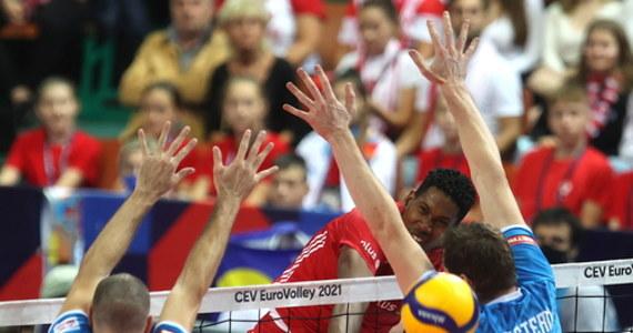 Czwarty raz z rzędu Polacy zostali pokonani przez Słoweńców w mistrzostwach Europy. Podobnie jak w 2019 roku, drużyna Alberto Giulianiego zablokowała biało-czerwonym wejście do finału i wygrała z mistrzami świata 3:1 (17:25, 32:30, 25:16, 37:35). Do historii przejdzie końcówka czwartego seta, kiedy to Słoweńcy dwukrotnie cieszyli się ze zwycięstwa w meczu, ale sędziowie zmieniali decyzje po obejrzeniu powtórek z akcji. Polacy w niedzielę zagrają o brązowy medal ME. Ich rywalem będą Serbowie.