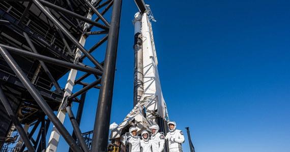 Czteroosobowy zespół Inspiration 4, pierwszej cywilnej misji na orbitę okołoziemską, powrócił bezpiecznie na Ziemię, lądując na Atlantyku nieopodal wybrzeża Florydy po trzech dniach spędzonych w kosmosie. Należąca do firmy SpaceX kapsuła Crew Dragon, na pokładzie której podróżowali nowi astronauci, wylądowała na wodach oceanu o 1:07 czasu polskiego, niemal dokładnie po trzydniowej podróży.