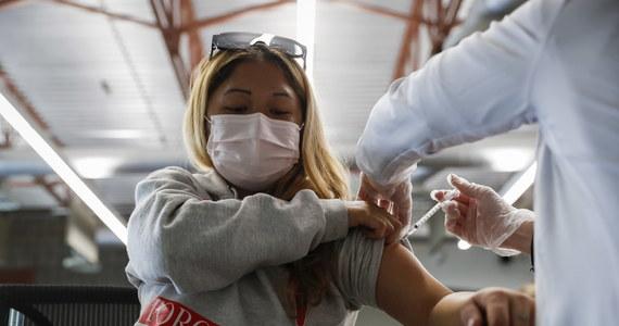 Coraz więcej krajów Unii Europejskiej oferuje najbardziej narażonym mieszkańcom przypominające dawki szczepionki przeciwko Covid-19. Na takie rozwiązanie zdecydowano się m.in. we Francji, Niemczech, Hiszpanii, Grecji, Danii i na Węgrzech. W Izraelu pojawiły się z kolei zapowiedzi podawania czwartej dawki.