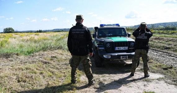 Ostatniej doby odnotowaliśmy rekordową liczbę prób nielegalnego przekroczenia granicy polsko-białoruskiej; w sobotę było ich ponad 320 - przekazała rzeczniczka Straży Granicznej ppor. Anna Michalska. Dodała, że wszystkie próby zostały udaremnione. Michalska poinformowała także, że od początku obowiązywania stanu wyjątkowego w pasie przy granicy wydano ponad 440 pozwoleń na wjazd do strefy nim objętej.