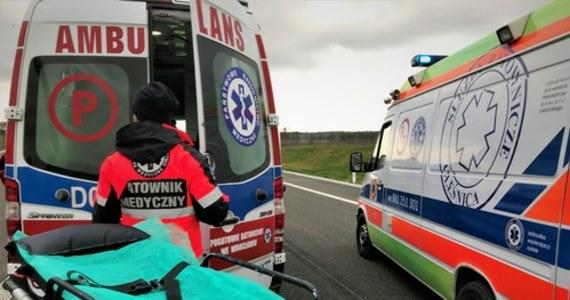 Cztery osoby - w tym dwoje dzieci - zostały poszkodowane w wypadku w miejscowości Sulibórz pod Reczem (Zachodniopomorskie). Samochód osobowy uderzył w drzewo na drodze wojewódzkiej nr 151.
