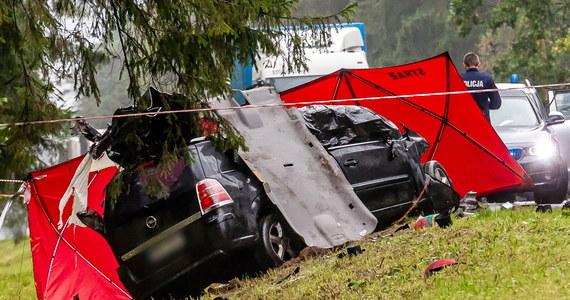 Tragiczny wypadek drogowy w miejscowości Tatarowce na Podlasiu. Na miejscu zginął 30-letni ojciec z trójką dzieci w wieku 3, 6 oraz 9 lat. Matka, która jechała z nimi samochodem osobowym - została ranna.