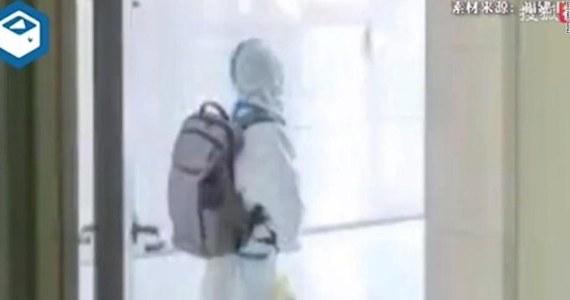 """Ubrany od stóp po głowę w kombinezon ochronny, z plecakiem połowy jego wielkości, samotny 4-letni chłopiec przekracza próg szpitala. Taką scenę uchwyciła swoim telefonem pielęgniarka placówki zakaźnej w chińskim mieście Putian. Szpital ten jest miejscem obowiązkowej kwarantanny dla zakażonych koronawirusem. Chłopiec został okrzyknięty ofiarą chińskiej polityki """"zero tolerancji""""."""