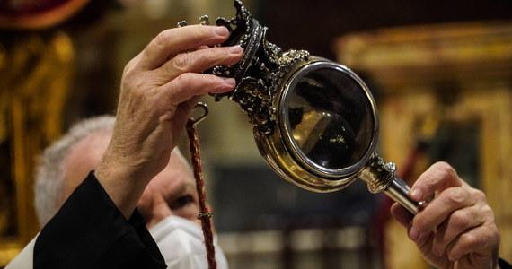 W niedzielę krew św. Januarego, przechowywana w ampułce w katedrze pod wezwaniem tego świętego w Neapolu, stała się płynna - ogłosił arcybiskup Domenic Battaglia. Zgodnie z tradycją, wydarzenie to powtarza się od kilkuset lat.