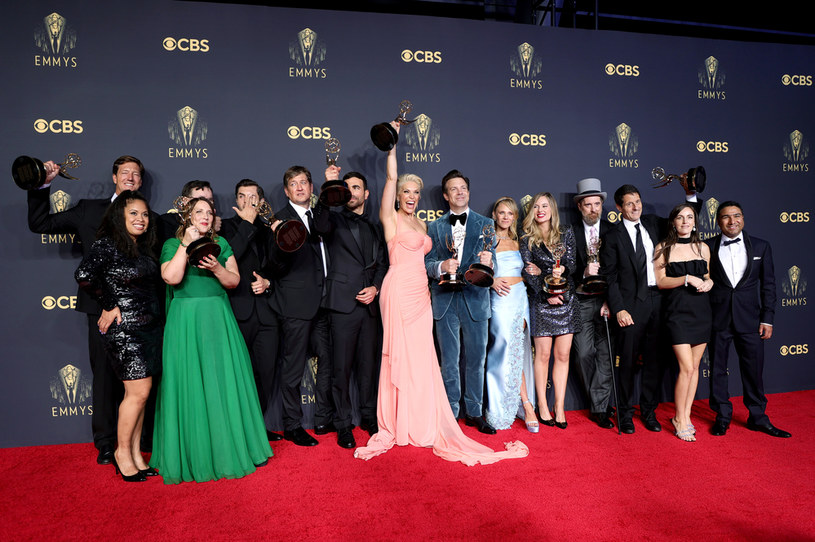 """W niedzielę Międzynarodowa Akademia Sztuk i Nauk Telewizyjnych ogłosiła laureatów Emmy. Masę statuetek w najważniejszych kategoriach otrzymał serial """"The Crown"""" produkcji Netfliksa. Za sprawą tego ostatniego tytułu serwis streamingowy po raz pierwszy w historii otrzymał najcenniejszą nagrodę - za serial dramatyczny."""