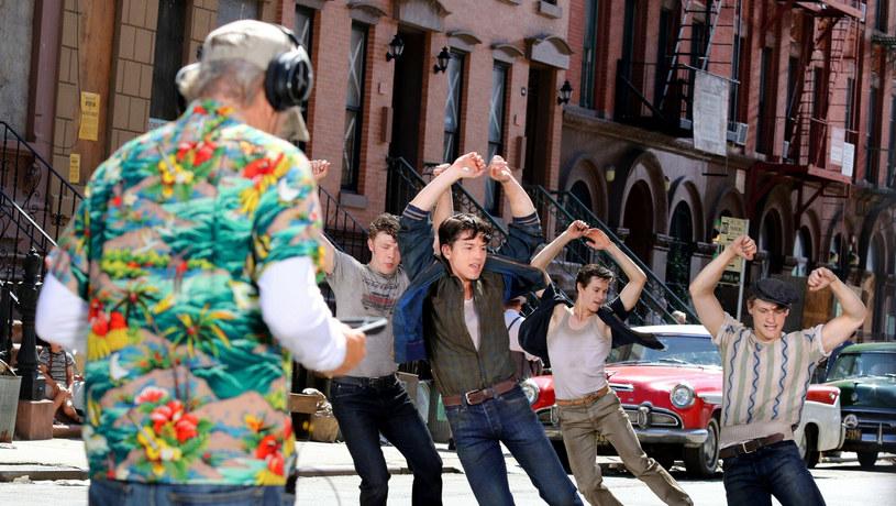 """""""West Side Story"""", czyli ekranizacja legendarnego musicalu wyreżyserowana przez Stevena Spielberga, trafi do kin w grudniu. Pierwsza filmowa wersja musicalu powstałą w 1961 roku i zdobyła 10 Oscarów! Czy można to przebić? Nic nie jest wykluczone, bo Stephenowi Sondheimowi, autorowi tekstów do broadwayowskiej sztuki, zdecydowanie bardziej podoba się wersja Spielberga."""