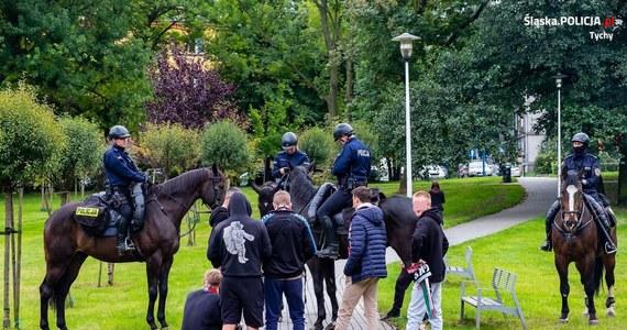Policja w Tychach szuka uczestników zajść na stadionie tamtejszego GKS-u. W trakcie niedzielnego spotkania pierwszej ligi piłkarskiej kibice m.in. odpalili race i palili szaliki.