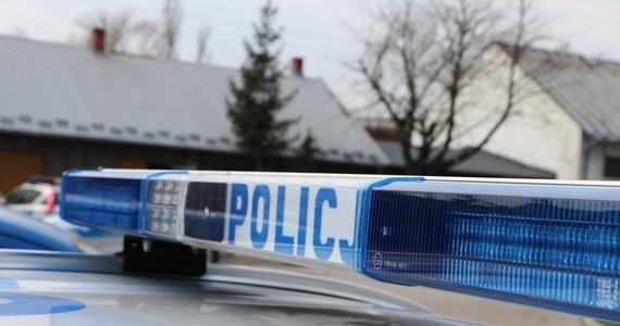 Policja zatrzymała mężczyznę podejrzanego o zabójstwo 55-letniego mieszkańca Susza w woj. warmińsko-mazurskim. To brat zamordowanego. Znaleziono także prawdopodobne narzędzie zbrodni.