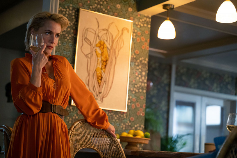 """Gillian Anderson na swoim koncie ma już wiele występów telewizyjnych i filmowych. Ostatnio jednak o agentce Dany Scully z """"Z archiwum X"""", głośno jest za sprawą roli charyzmatycznej seksuolożki w serialu """"Sex Education"""". Gillian Anderson po raz kolejny skradła serca widzów i krytyków. Nieoczekiwanie jednak stała się obiektem niezdrowej fascynacji męskiej części widowni. W ostatnim wywiadzie gwiazda zdradziła, że od momentu, w którym na Netfliksie wyemitowano pierwszy sezon serii, regularnie pada ofiarą tzw. """"cyberekshibicjonizmu""""."""