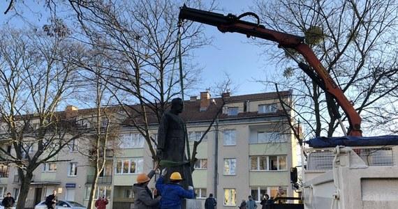 Wymierzenia kar po roku więzienia w zawieszeniu na dwa lata wniósł prokurator dla trzech mieszkańców Warszawy, oskarżonych o znieważenie i uszkodzenie dwa lata temu pomnika ks. prałata Henryka Jankowskiego.