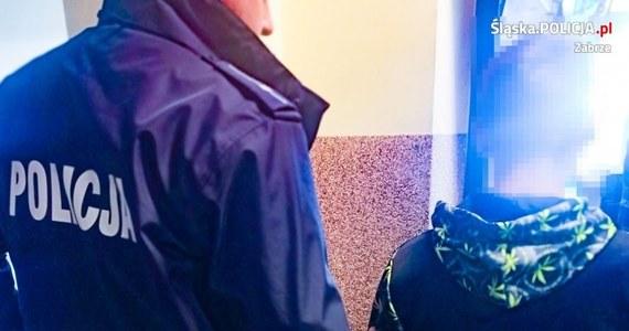 18-latek z Zabrza zranił nożem na ulicy przypadkowego przechodnia. Ofiara z poważnymi urazami trafiła do szpitala. Napastnik został już zatrzymany.