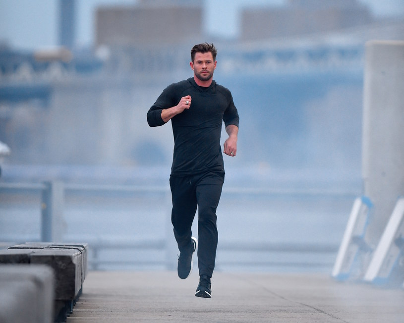 """Chris Hemsworth przygotowuje się właśnie do występu w drugiej części filmu """"Tyler Rake: Ocalenie"""". Z tego powodu niezwykle intensywnie trenuje. I choć aktor jest niezwykle umięśniony, to ma też pewien sposób, który pomaga mu """"podpompować"""" bicepsy."""