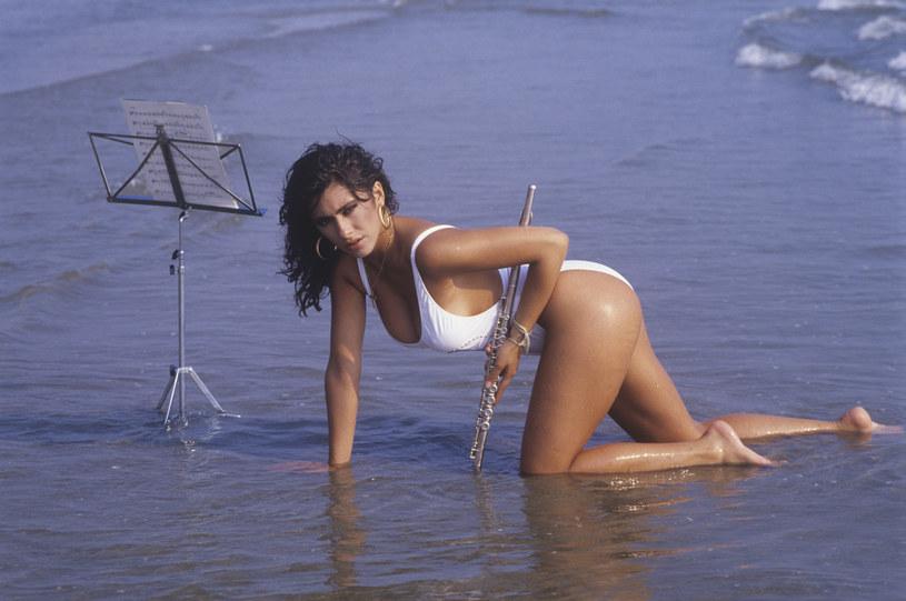 """Znana z wakacyjnego przeboju """"Boys (Summertime Love)"""" włoska wokalistka Sabrina ma ponad milion fanów na Instagramie i regularnie dostarcza im swoje zdjęcia. Ponad 80 tys. polubień zebrał post z ujęciami w białym bikini. """"Wrześniowe słońce mnie uwodzi i zwodzi"""" - napisała 53-letnia gwiazda."""