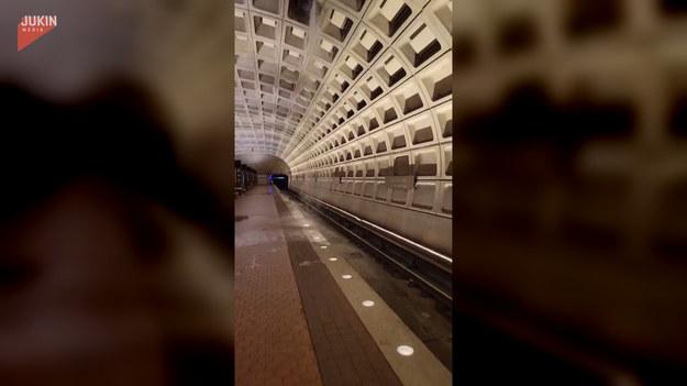 W trakcie ostatnich silnych opadów deszczu, które przeszły przez Amerykę ucierpiało m.in. waszyngtońskie metro. Woda wlewała się na stację Foggy Bottom przez sklepienie, tworząc podróżującym dużą przeszkodę do pokonania.