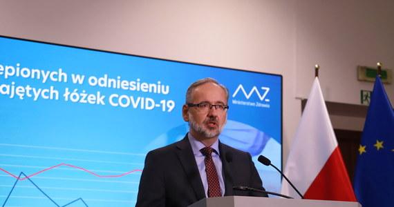 Dzienne przekroczenie liczby tysiąca zakażeń koronawirusem może mieć miejsce w tym tygodniu - stwierdził na konferencji prasowej minister zdrowia Adam Niedzielski. Ministerstwo Zdrowia poinformowało dziś o 363 nowych przypadkach zakażenia koronawirusem.