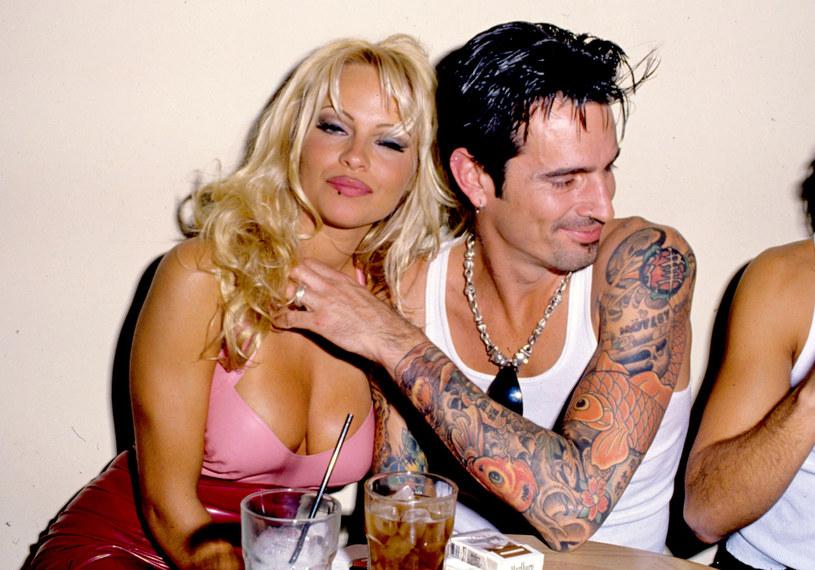 """Jeden z liderów Mötley Crüe zasłynął nie tylko swoimi poczynaniami na scenie. W 1995 roku opinią publiczną wstrząsnął skandal z udziałem Tommy'ego Lee i jego ówczesnej dziewczyny, Pameli Anderson. Gwiazda """"Słonecznego patrolu"""" występowała w nim, jednak nie jako aktorka! Ich sekstaśma stała się jednym z najpopularniejszych tematów tabloidów i mówiły o niej całe Stany Zjednoczone. Teraz powstaje miniserial o tych wydarzeniach."""