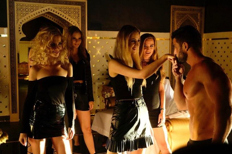 """Premiera """"Dziewczyn z Dubaju"""" była wielokrotnie przesuwana. Wszystko jednak wskazuje, że film w reżyserii Marii Sadowskiej wreszcie trafi do kin. Doda, która jest współproducentką produkcji, poinformowała, że uroczysta projekcja odbędzie się 22 listopada, a film trafi do kin 26 listopada."""
