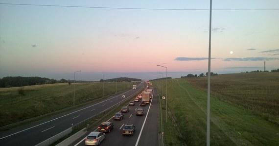 Dziś rozpoczął się kolejny etap modernizacji nawierzchni na A2, na węźle autostradowym Września (woj. wielkopolskie). Ważna informacja dla kierowców jest taka, że w związku z pracami zostaną wprowadzone objazdy.