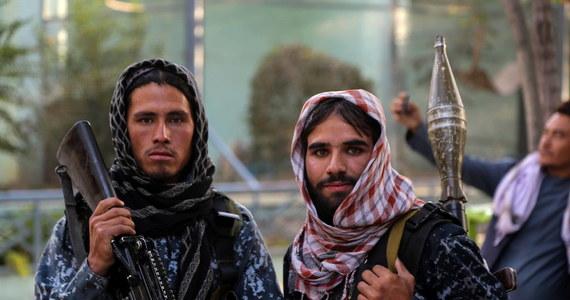 """Talibowie po przejęciu kontroli nad Afganistanem składali obietnice, że będą szanowali prawa kobiet """"zgodnie z szariatem"""", zapewniając, że będą mogły wrócić do pracy i pełnić wysokie funkcje w administracji państwowej. Jednak zwolnili z pracy wszystkie kobiety sędzie, a z więzień wypuścili skazanych przez nie przestępców."""