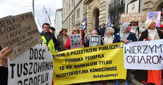 28 września Sąd Rejonowy w Gdańsku ogłosi wyrok w procesie trzech mężczyzn, oskarżonych o znieważenie i uszkodzenie pomnika ks. Henryka Jankowskiego. Ich proces zakończył się w poniedziałek.