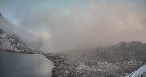 W Tatrach powyżej 1500 metrów n.p.m. spadł śnieg. Na razie to śladowa ilość, ale o poranku ośnieżone Tatry można już było obserwować z Zakopanego, gdy odsłoniły się zasnute od kilku dni chmurami szczyty.