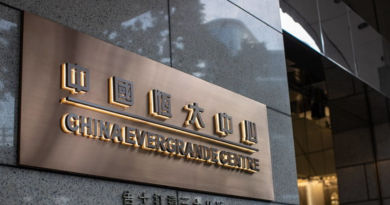 """Rynki niepokoją się sytuacją wielkiego chińskiego koncernu Evergrande, który jest zadłużony na ponad 300 miliardów dolarów. Niektórzy obawiają się, że bankructwo firmy może skończyć się, jak upadek banku Lehman Brothers 13 lat temu. Nie wiadomo także, jak postąpi chińska władza, która na razie pośrednio uspokaja, że Evergrande nie jest """"za duży, by upaść""""."""