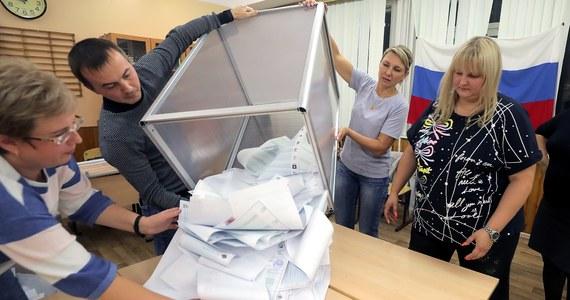 Po przeliczeniu 100 proc. głosów w wyborach parlamentarnych w Rosji rządząca Jedna Rosja zdobyła 49,82 proc. głosów - podała Centralna Komisja Wyborcza. Komunistyczna Partia Federacji Rosyjskiej (KPRF) uzyskała 18,93 proc. głosów.