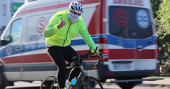 Tysiąc kilometrów rowerem, bez snu, zamierza pokonać policjant z Płocka, młodszy aspirant Sebastian Nowacki, aby pomóc w zbiórce pieniędzy na leczenie 19-letniej Aleksandry. Nastolatka po zdiagnozowaniu nowotworu potrzebuje kosztownej terapii. Charytatywna wyprawa rozpoczęła się dzisiaj rano.
