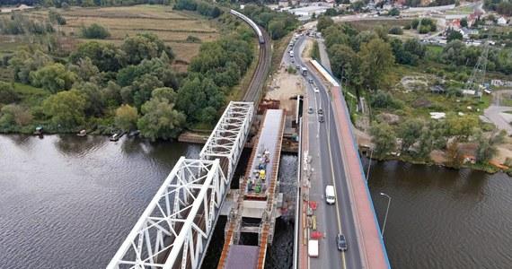 Nowy most w Szczecinie coraz bliżej. Na miejscu ustawione zostały olbrzymie przęsła, które dotarły na miejsce drogą wodną pod koniec sierpnia. Teraz trwa przygotowanie do scalania konstrukcji przy budowanym węźle Granitowa.