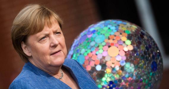 """""""Milczenie jest argumentem nie do obalenia"""" — napisał wybitny niemiecki prozaik Heinrich Böll. Niech ta niemota będzie symptomem niepewnej politycznej przyszłości w związku z niedzielnymi wyborami do Bundestagu."""