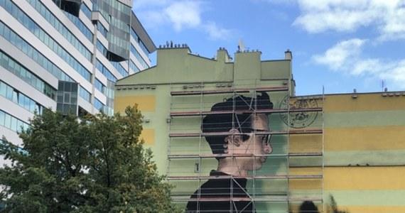 Mural upamiętniający Jana Lityńskiego powstaje w Warszawie. Wizerunek młodego działacza opozycji z okresu PRL można zobaczyć już na ścianie jednego z budynków u zbiegu ulic Towarowej i alei Solidarności. Jan Lityński utonął pod koniec lutego.