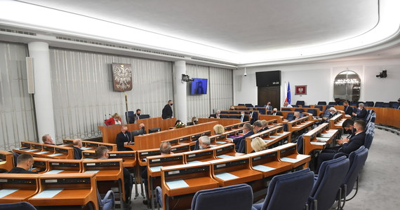 Senat zaproponował poprawki do ustawy ws. rekompensat dla firm w związku ze stanem wyjątkowym. Poprawki rozszerzają grupę podmiotów uprawnionych do wsparcia. m.in. o sklepy spożywcze, działalność kulturalną i przewóz turystów. Ustawa trafi teraz do Sejmu.