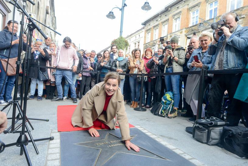 Aktorka Agata Kulesza odsłoniła we wtorek swoją gwiazdę w Łódzkiej Alei Gwiazd na ul. Piotrkowskiej dołączając do ponad 70 twórców - reżyserów, scenarzystów, operatorów, aktorów i producentów -  którzy wcześniej zostali w ten sposób uhonorowani przez Miasto Łódź.