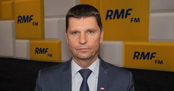 """""""Nie zapłacimy tej kary"""" - stwierdził w Popołudniowej rozmowie w RMF FM wiceminister edukacji i nauki Dariusz Piontkowski, pytany o decyzję Trybunału Sprawiedliwości Unii Europejskiej, który zdecydował o nałożeniu na Polskę kary w wysokości 500 tys. euro za każdy dzień kontynuowania pracy kopalni Turów. """"To orzeczenie jest niezgodne z obowiązującymi regułami. Nie powinno być wydane"""" - tłumaczył. """"Orzeczenia TSUE były wydawane także wobec innych państw, które nie stosowały się do orzeczeń TSUE. Większego problemu z tego nie było"""" - przekonywał gość RMF FM."""