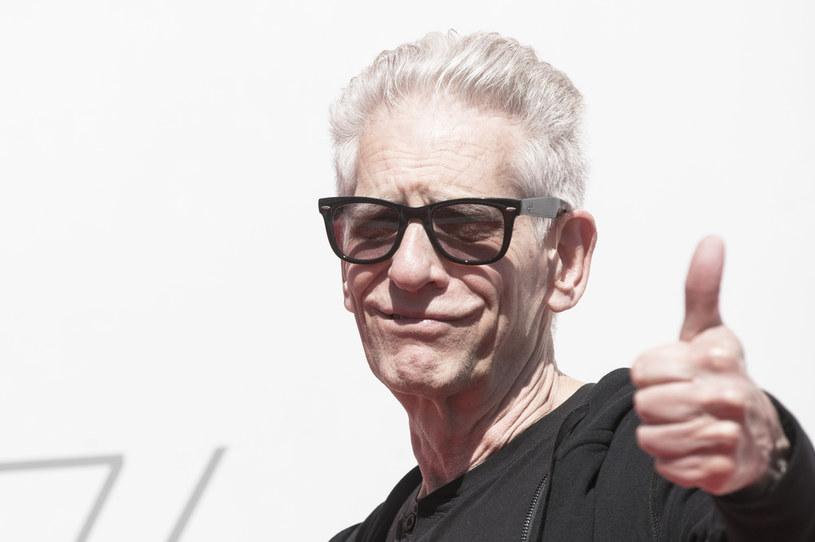 """Wielokrotnie szokował swoimi filmami, teraz prowokuje w inny sposób. David Cronenberg zagrał w jednominutowym filmie """"The Death of David Cronenberg"""" (""""Śmierć Davida Cronenberga""""), który jest zapisem jego reakcji na znalezienie swojego martwego ciała. Dzieło jest przedmiotem aukcji na platformie SuperRare."""
