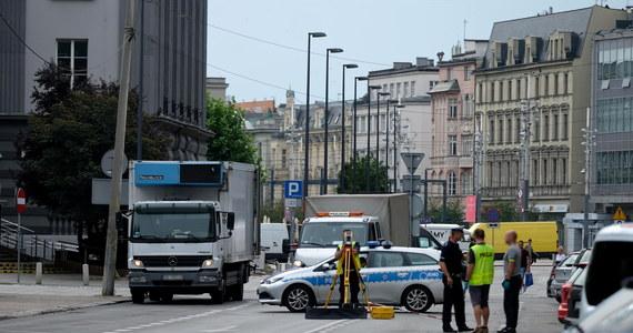 Dwaj funkcjonariusze z Komendy Miejskiej Policji w Katowicach zostali zawieszeni w związku ze zdjęciem zrobionymi po tragicznej śmierci 19-latki potrąconej w lipcu przez autobus miejski. Wobec policjantów toczy się też postępowanie dyscyplinarne.