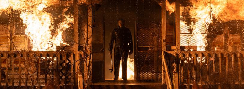 """""""Człowiek nie przeżyłby takiego pożaru"""" - zapewnia grana przez Jamie Lee Curtis Laurie Strode w nowym zwiastunie filmu """"Halloween zabija"""" Davida Gordona Greena. Gdy jednak mowa o psychopatycznym mordercy Michaelu Myersie,  wszystko jest możliwe. Zamaskowany oprawca wychodzi żywo z płonącego budynku i rozpoczyna zemstę."""